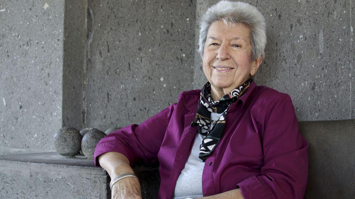 Coletânea da escritora Sylvia Molly reflete sua fluência em diversos idiomas