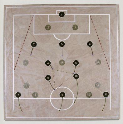 O artista explora a geometria tendo como referência as fases da lua e os jogos de botão. Imagem: Reprodução