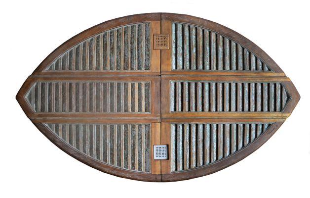 Entre os trabalhos de grande dimensão em madeira, está a série 'Bandeiras'. Imagem: Reprodução