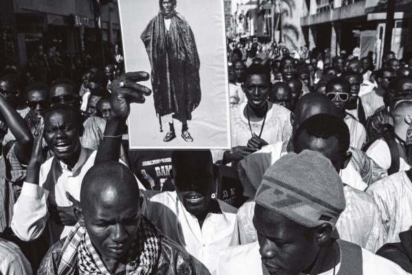 Imagens do líder muçulmano são levantadas ao longo da caminhada
