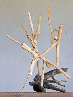 Dos troncos e galhos colhidos nos despojos da natureza, Mestre Abias cria esculturas figurativas