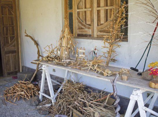 Matéria-prima na varanda da casa-ateliê de José Abias, em Igarassu