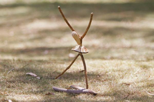 O artista diz encontrar nas formas dadas pela natureza as peças que esculpirá