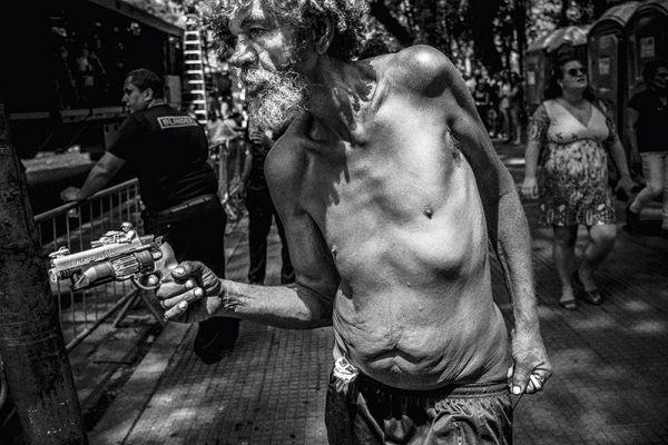 Morador de rua de São Paulo. Foto: Victor Dragonetti. 'Terra em transe', Fortaleza, Dragão do Mar