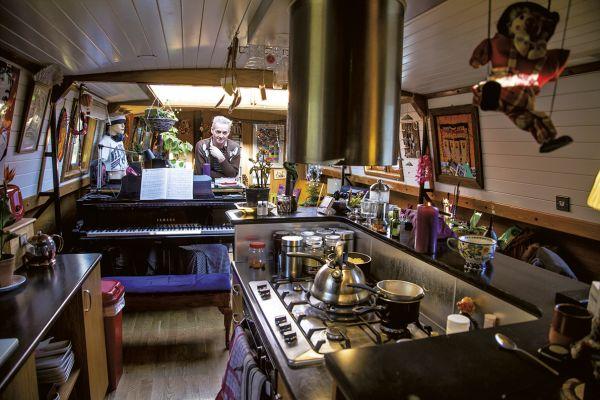 Recém-construído, o barco de David Lewis é duas vezes mais largo que os tradicionais. Sua sala foi feita para acomodar um piano de cauda
