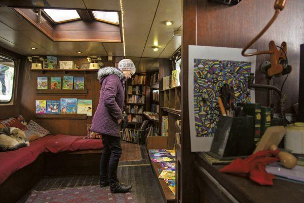 Word on the Water é a livraria mantida por James Bentley com licença de ancoragem fixa no trecho da King's Cross