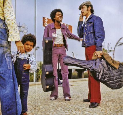 Com Gilberto Gil, em frente ao Palácio do Anhembi, onde ocorreu o 'Phono 73'. No festival, cantarolaram 'Cálice', que teve a letra proibida, mas não a melodia. Foto: Paulo Salomão/Abril Comunicações