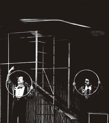 Eichebauer evidencia seu interesse pela geometria e abstração no cenário para a peça O verão, de Roman Weingarten, em montagem de 1967