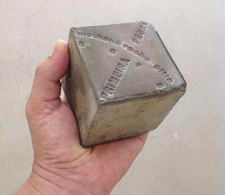 Na obra 'Primeira pedra', o artista propõe que o visitante saia da exposição em busca de uma pedra para trocar por um dos cubos de concreto utilizados por ele. Imagem: Divulgação