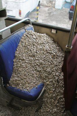 Em 'Circular', os trabalhadores que ocupam os coletivos são substituídos por materiais de construção. Imagem: Divulgação