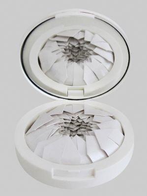 Ostras da série 'Pequenas naturezas' (2014-2017). Objetos com plástico, vidro e papel. Por Flora Assumpção