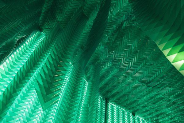 'Rabo de lagarto' (2014). Instalação com 42 m², feita em plástico verde translúcido dobrado em módulos iguais. Aquário Oiticica, Mamam (Recife/PE). Por Flora Assumpção
