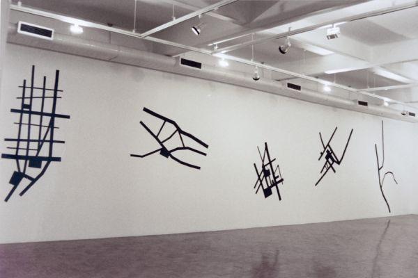 'Rusticidade' (2002). Desenho com lixas pretas sobre parede, 14 x 3 m. Centro Universitário Maria Antônia (USP, São Paulo/SP). Por Flora Assumpção