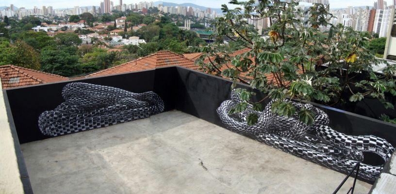 'Serpentário II', do projeto 'Serpentes de prata' ( 2010-2011). Instalação com cartazes lambe-lambe, 42 m². Galeria Vermelho - Espaço Tihuana, São Paulo (SP). Por Flora Assumpção