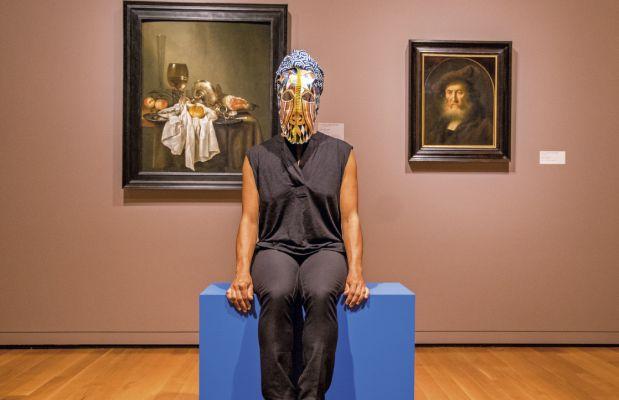 A performer apresentando The kissing mask no Museu de Arte de Seattle, Estados Unidos, em 2015. Foto: John Rudolph/Divulgação
