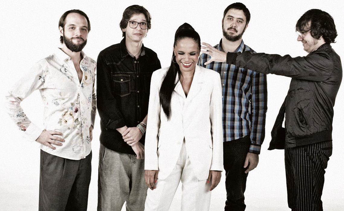 A cantora, acompanhada do grupo com o qual gravou o álbum Teresa Cristina + Os Outros = Roberto Carlos, de 2012