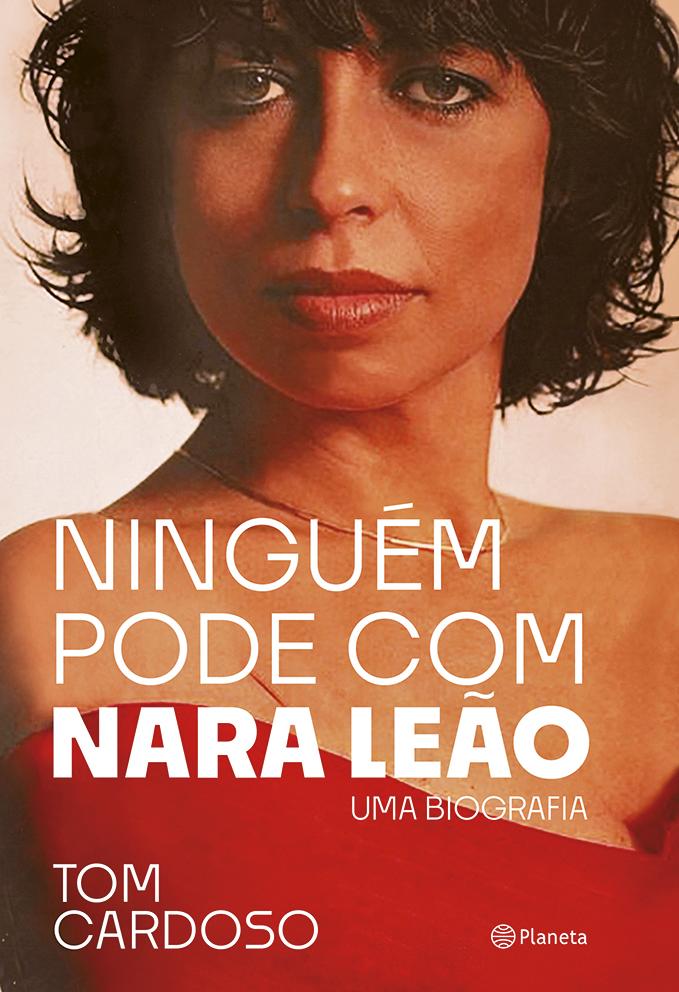 Capa da biografia de Nara Leão, com fotografia da cantora olhando para a câmera e usando colar dourado e vestido vermelho.