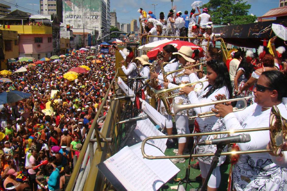 A Orquestra 100% Mulher vem participando dos desfiles do Galo da Madrugada